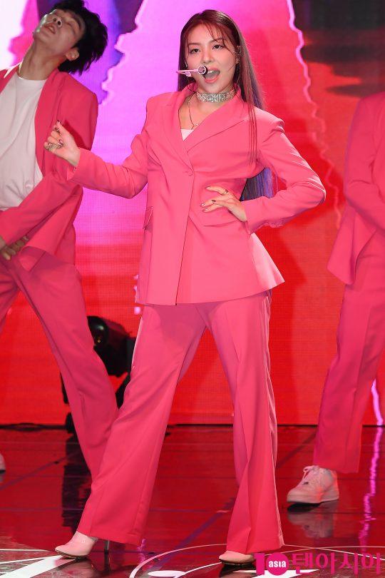 가수 에일리가 2일 오후 서울 청담동 일지아트홀에서 열린 두 번째 정규앨범 '버터플라이(butterFLY)' 발매 기념 쇼케이스에서 타이틀곡 '룸 셰이커(Room Shaker)' 무대를 선보이고 있다. / 이승현 기자 lsh87@