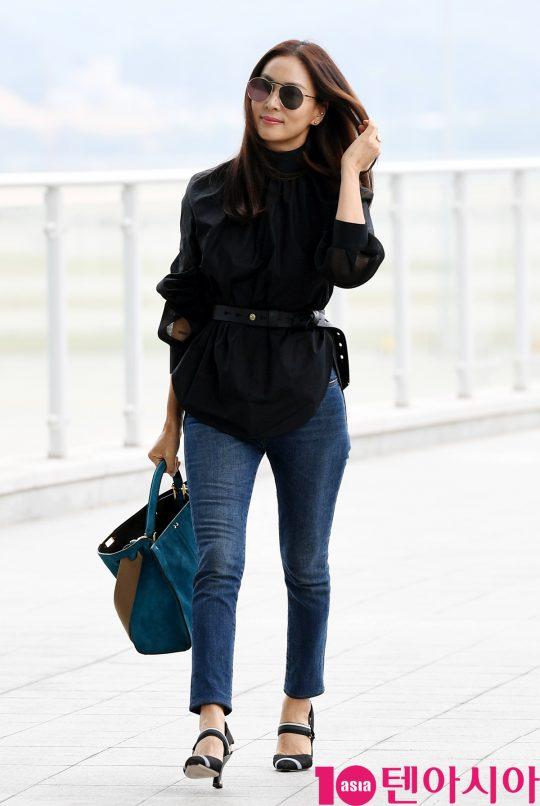 배우 고소영이 3일 오후 패션쇼 참석 차 인천국제공항을 통해 로마로 출국하고 있다.