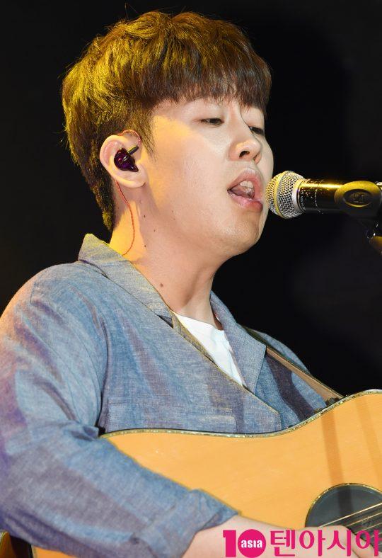 가수 오왠(O.WHEN)이 3일 오후 서울 서교동 하나투어 브이홀에서 열린 첫 번째 정규 음반 '룸 오(Room O)' 쇼케이스에 참석해 멋진공연을 선보이고 있다.
