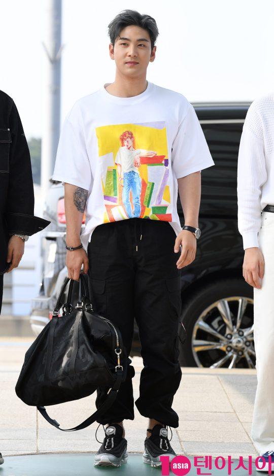 그룹 뉴이스트(JR, Aron, 백호, 민현, 렌) 백호가 5일 오전 '케이콘 2019 뉴욕' 참석차 인천국제공항을 통해 미국 뉴욕으로 출국하고 있다.