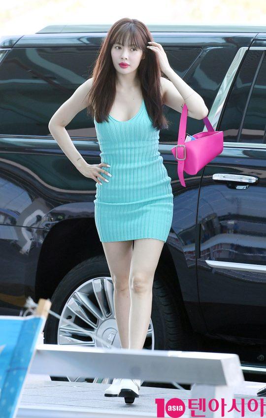 가수 현아가 5일 오전 해외일정 참석차 인천국제공항을 통해 대만으로 출국하고 있다.