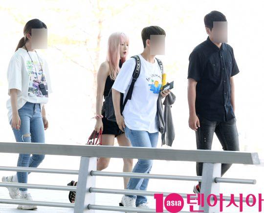 걸그룹 소녀시대 태연이 5일 오전 '홍콩 슈퍼콘서트' 참석차 인천국제공항을 통해 홍콩으로 출국하고 있다.