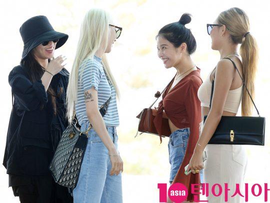 걸그룹 마마무(솔라,문별,휘인,화사)가 5일 오전 '홍콩 슈퍼콘서트' 참석차 인천국제공항을 통해 홍콩으로 출국하고 있다.