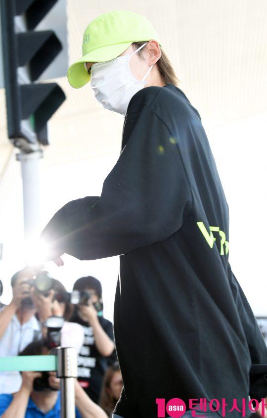그룹 위너(강승윤, 송민호, 김진우, 이승훈) 김진우가 5일 오전 '홍콩 슈퍼콘서트' 참석차 인천국제공항을 통해 홍콩으로 출국하고 있다.