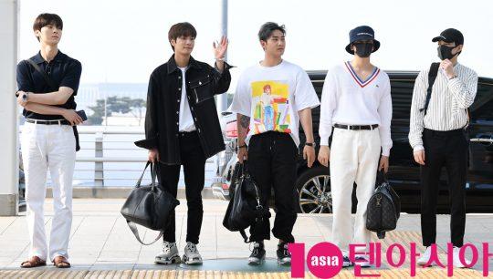 그룹 뉴이스트(JR, Aron, 백호, 민현, 렌)가 5일 오전 '케이콘 2019 뉴욕' 참석차 인천국제공항을 통해 미국 뉴욕으로 출국하고 있다.