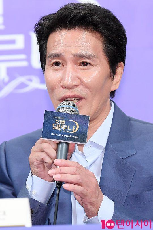 배우 신정근이 8일 오후 서울 논현동 임피리얼팰리스호텔에서 열린 tvN 드라마 '호텔 델루나' 제작발표회에 참석해 인사말을 하고 있다.