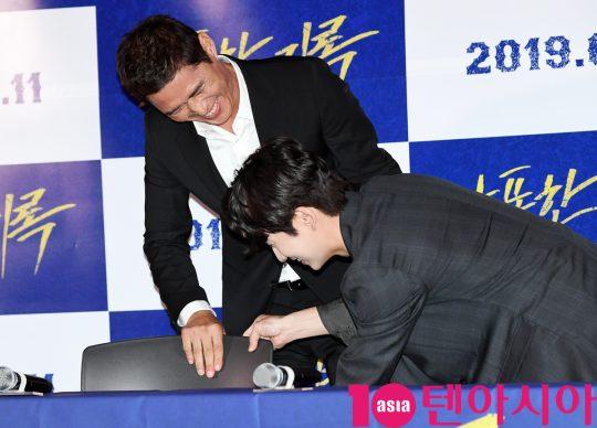 배우 장두홍과 류덕환이 8일 오후 서울 한강로3가 CGV 용산아이파크몰점에서 열린 영화 '난폭한 기록' 언론시사회에 참석고 있다.