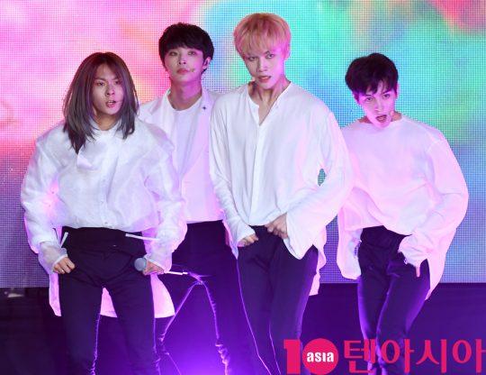 그룹 리미트리스(장문복, 에이엠, 윤희석, 레이찬)가 9일 오후 서울 서교동 예스24무브홀에서 열린 첫 번째 디지털 싱글 '몽환극(Dreamplay)' 데뷔 쇼케이스에서 멋진공연을 선보이고 있다.