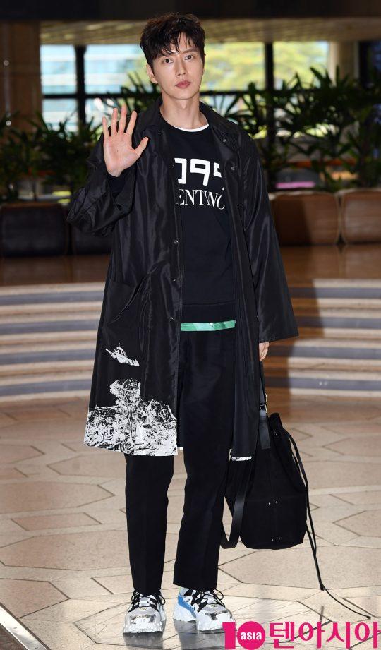배우 박해진이 11일 오전 패션행사 참석차 김포국제공항을 통해 일본으로 출국하고 있다.