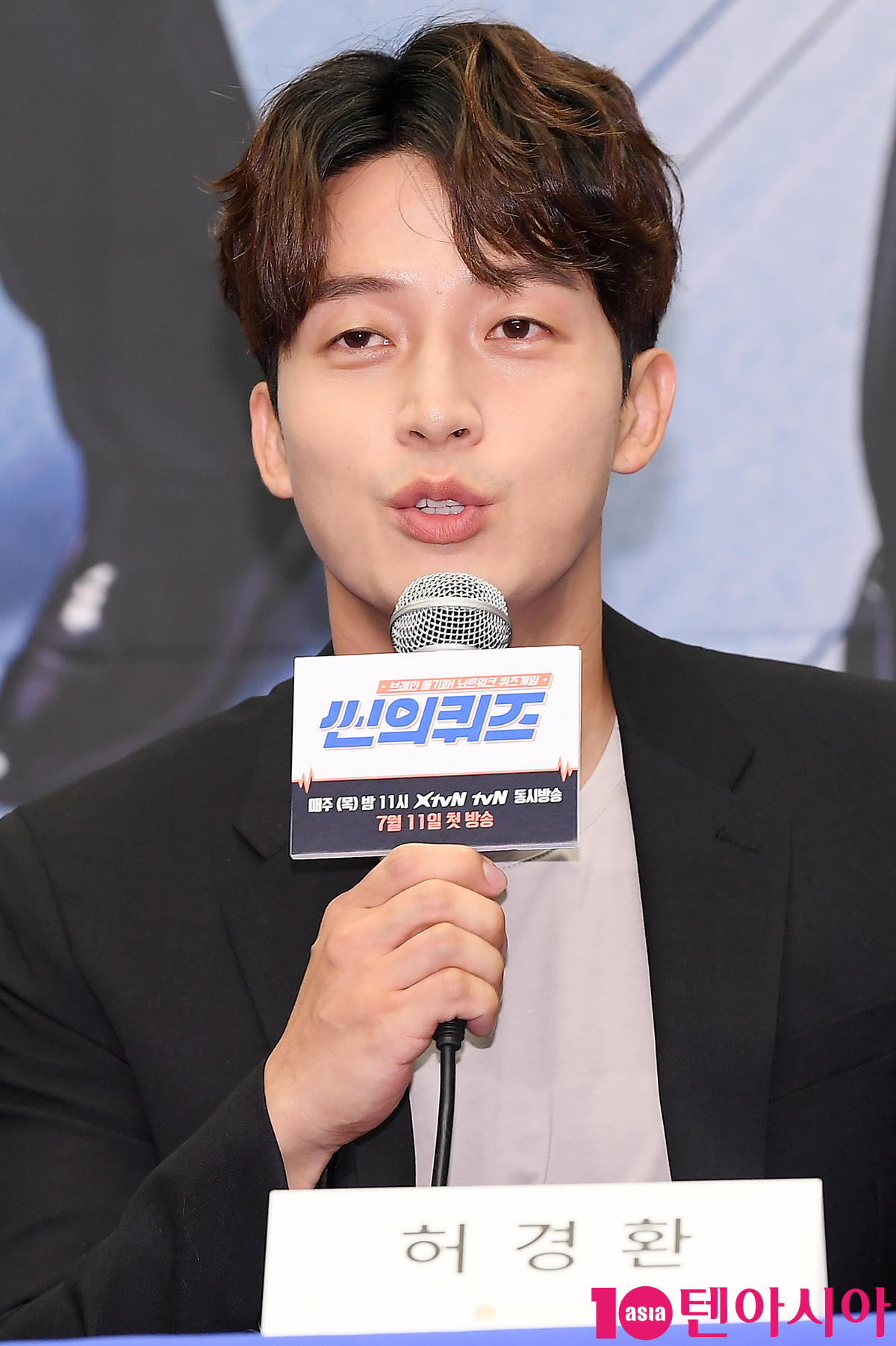 개그맨 허경환이 11일 오전 서울 상암동 스탠포드호텔에서 열린 tvN 예능 '씬의 퀴즈' 제작발표회에 참석해 인사말을 하고 있다.