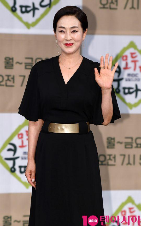 배우 이보희가 11일 오후 서울 상암동 MBC 골든마우스홀에서 열린 MBC 새 아침드라마 '모두 다 쿵따리' 제작발표회에 참석하고 있다.