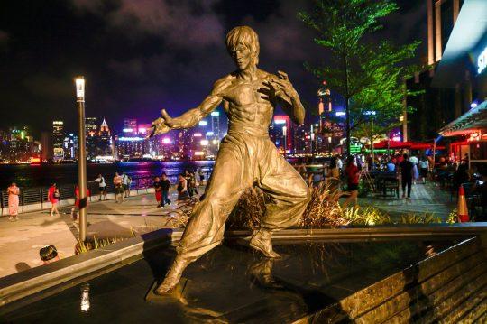 스타의 거리에 있는 이소룡 동상