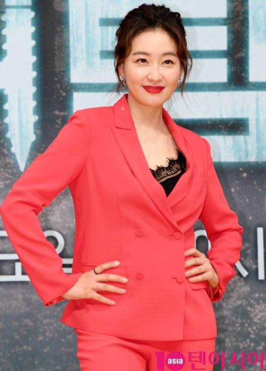 배우 박진희가 16일 오후 서울 양천구 목동 SBS 사옥에서 열린 SBS 새 수목드라마 '닥터탐정' 제작발표회에 참석하고 있다.