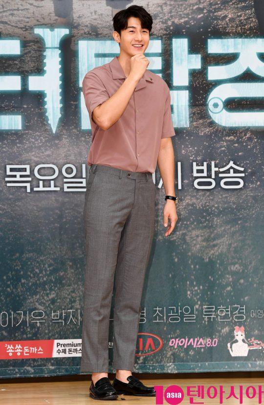 배우 이기우가 16일 오후 서울 양천구 목동 SBS 사옥에서 열린 SBS 새 수목드라마 '닥터탐정' 제작발표회에 참석하고 있다.