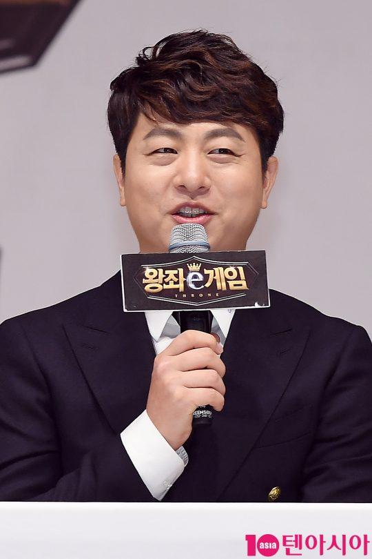 개그맨 유상무가 18일 오후 서울 화곡동 KBS아레나에서 열린 KBS 예능 '왕좌e게임' 제작발표회에 참석해 인사말을 하고 있다.