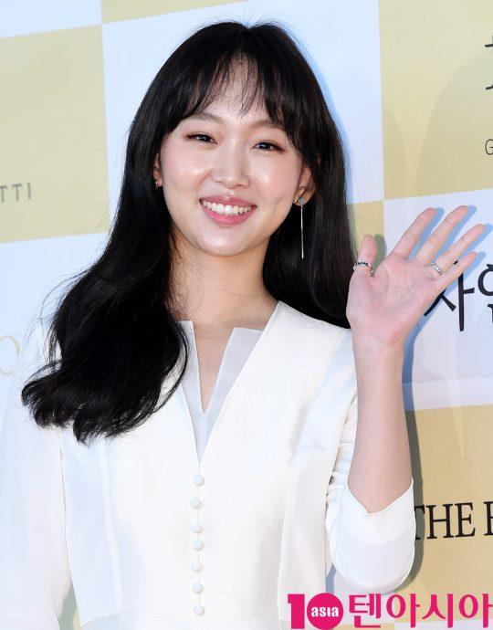 배우 진기주가 18일 오후 서울 삼성동 코엑스 오디토리움에서 열린 24회 춘사영화제 레드카펫 행사에 참석하고 있다.