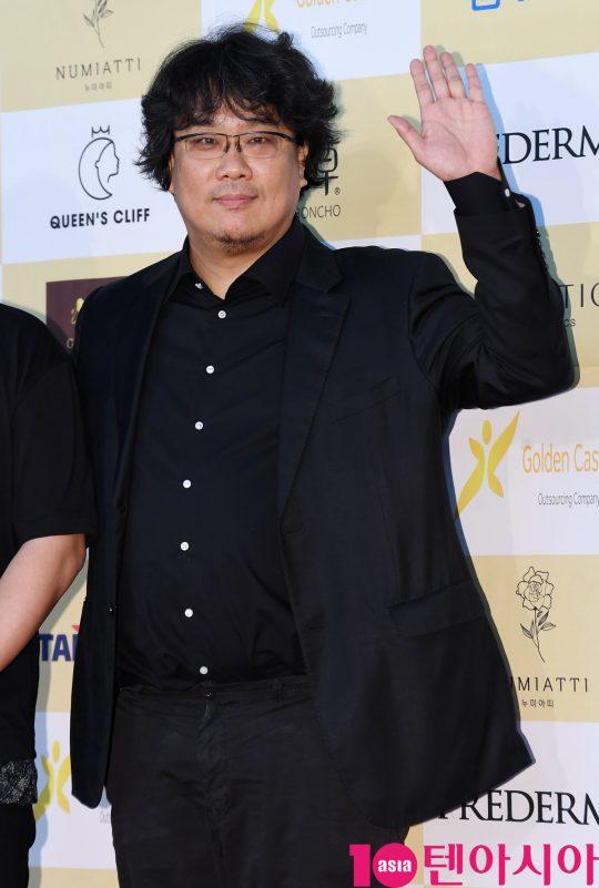 봉준호 감독이 18일 오후 서울 삼성동 코엑스 오디토리움에서 열린 24회 춘사영화제 레드카펫 행사에 참석하고 있다.