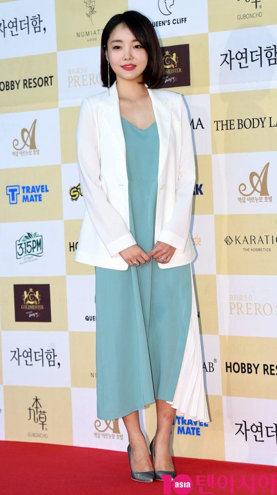 문지인이 18일 오후 서울 삼성동 코엑스 오디토리움에서 열린 24회 춘사영화제 레드카펫 행사에 참석하고 있다.