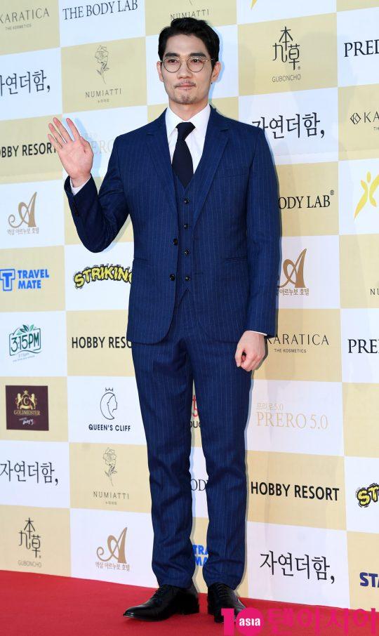 엄태구가 18일 오후 서울 삼성동 코엑스 오디토리움에서 열린 24회 춘사영화제 레드카펫 행사에 참석하고 있다.