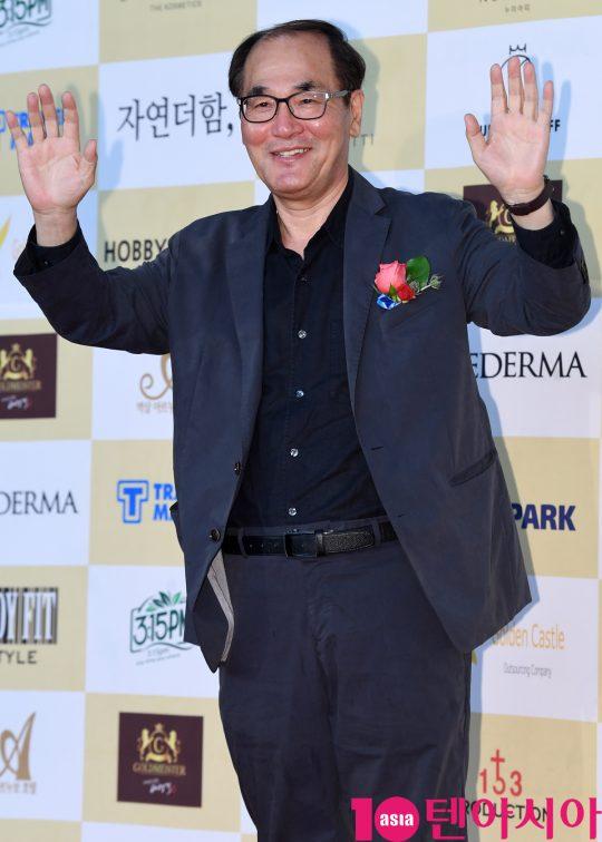 배창호 감독이 18일 오후 서울 삼성동 코엑스 오디토리움에서 열린 24회 춘사영화제 레드카펫 행사에 참석하고 있다.