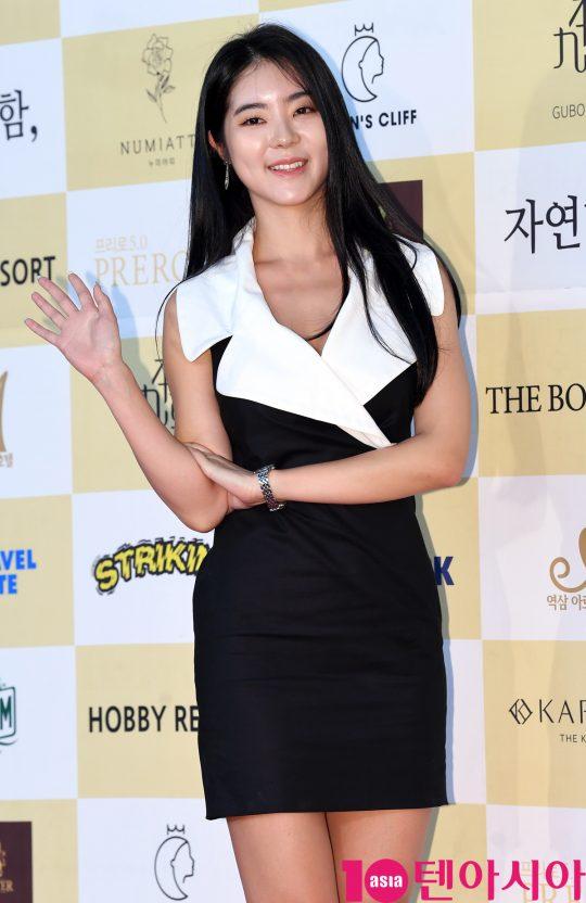 서리나가 18일 오후 서울 삼성동 코엑스 오디토리움에서 열린 24회 춘사영화제 레드카펫 행사에 참석하고 있다.