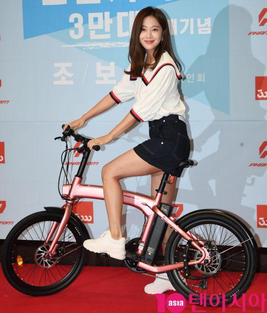 배유 조보아가 19일 오후 서울 압구정 삼천리자전거 플래그십 스토어에서 열린 전기자전거 '팬텀' 시리즈 3만 대 판매 기념 행사에 참석하고 있다.