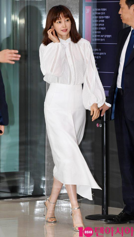 배우 이나영이 20일 오후 서울 청담동 LG전자 베스트샵 강남본점에서 열린 LG전자 프라엘과 이나영씨와 함께 팬사인회 행사에 참석하고 있다.