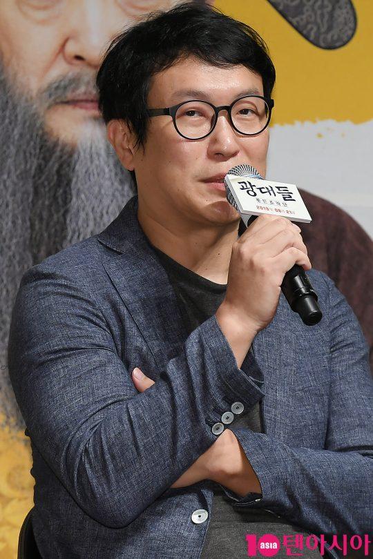 김주호 감독이 22일 오전 서울 신사동 CGV 압구정에서 열린 영화 '광대들:풍문조작단' 제작보고회에 참석해 인사말을 하고 있다.