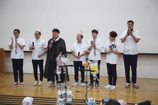 지난 18일 열린 서울대학교 어린이병원학교 개교 20주년 행사에 참석한 '아는 형님' 출연진. /사진제공=JTBC