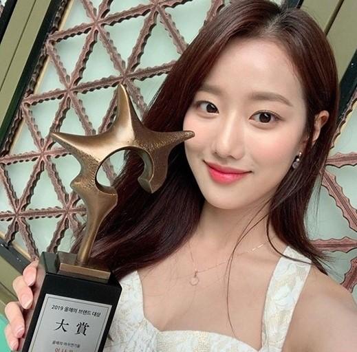 에이프릴 나은 '2019 올해의 브랜드 대상' 수상./ 사진=인스타그램