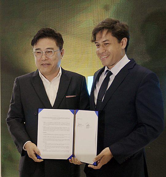 김일호 오콘 대표(왼쪽)와 로버트 렙소 핍스 저니 사장이 MOU를 체결하고 있다 /오콘 제공