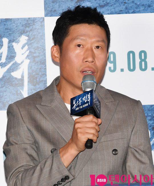 배우 유해진이 29일 오후 서울 자양동 롯데시네마 건대입구점에서 열린 영화 '봉오동 전투' 언론시사회에 참석하고 있다.