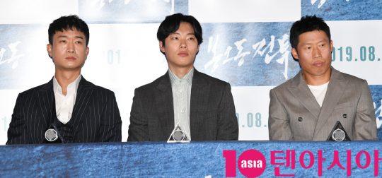 배우 조우진,류준열,유해진(왼쪽부터)이 29일 오후 서울 자양동 롯데시네마 건대입구점에서 열린 영화 '봉오동 전투' 언론시사회에 참석했다.