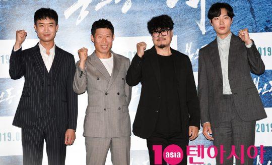 조우진,류해진,원신연 감독,류준열(왼쪽부터)이 29일 오후 서울 자양동 롯데시네마 건대입구점에서 열린 영화 '봉오동 전투' 언론시사회에 참석하고 있다.