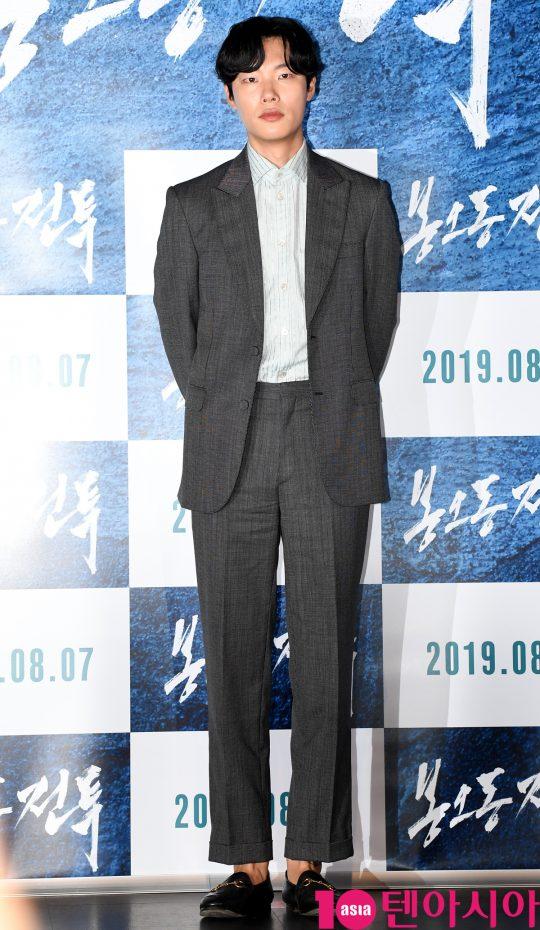배우 류준열이 29일 오후 서울 자양동 롯데시네마 건대입구점에서 열린 영화 '봉오동 전투' 언론시사회에 참석하고 있다.