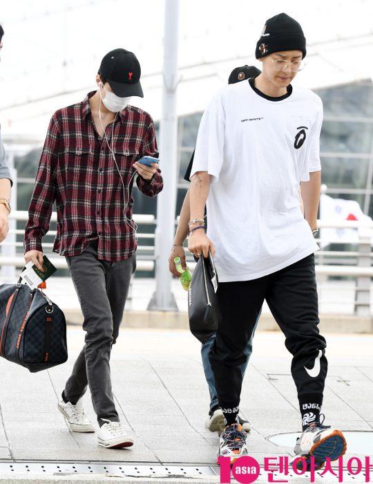 그룹 엑소 세훈과 찬열이 30일 오후 팬사인회 참석차 인천국제공항을 통해 중국으로 출국하고 있다.