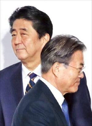 지난달 28일 일본 오사카에서 열린 G20 정상회의 환영식에서 인사 후 지나치는 문재인 대통령(오른쪽)과 아베 신조 총리. / 사진=한경DB