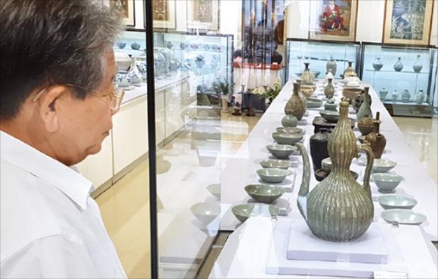 2일 김종춘 다보성갤러리 회장이 기획전 '한국의 미 특별전'에 전시된 고려청자를 설명하고 있다.