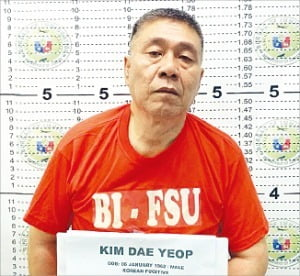김대업 씨가 지난달 30일 도피한 지 3년 만에 필리핀에서 한국 경찰에 붙잡혔다. 현지에서 체포된 김씨 모습.  /연합뉴스