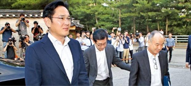 손정의 일본 소프트뱅크그룹 회장(오른쪽)과 이재용 삼성전자 부회장(왼쪽)이 4일 오후 7시에 예정된 재계 만찬에 참석하기 위해 서울 성북동 한국가구박물관으로 들어가고 있다. 이날 서울 포시즌스호텔에서 미리 만난 두 사람은 함께 차를 타고 약속 장소로 이동했다.  강은구 기자  egkang@hankyung.com