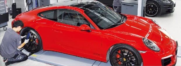 경기 용인에 있는 포르쉐 서비스센터 직원들이 차량을 수리하고 있다. 포르쉐는 '2019 상반기 한경 수입차서비스지수(KICSI)' 평가에서 1위를 차지했다.   /강은구 기자 egkang@hankyung.com