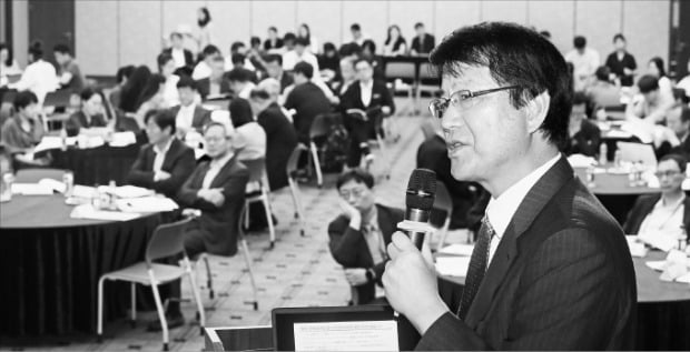 이제민 국민경제자문회의 부의장이 8일 서울 명동 은행회관에서 열린 '생산적 재정확장의 모색' 토론회에서 기조연설을 하고 있다.  /강은구 기자egkang@hankyung.com