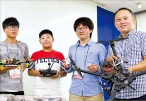 충남 지역 중·고등학생들이 선문대 산학협력관에서 고국원 스마트자동차공학부 교수(맨 오른쪽)와 드론을 제작하고 있다.  /선문대  제공