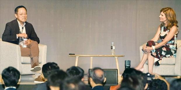 정태영 현대카드 부회장(왼쪽)이 11일 서울 삼성동 그랜드인터컨티넨탈파르나스호텔에서 열린 'SAP 이그제큐티브 서밋'에서 제니퍼 모건 SAP 클라우드비즈니스그룹 회장과 토론하고 있다.  /신경훈 기자 khshin@hankyung.com
