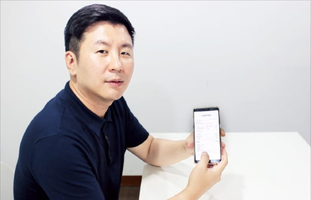 손종희 더리얼마케팅 대표가 자신의 휴대폰으로 전자영수증 서비스를 설명하고 있다.