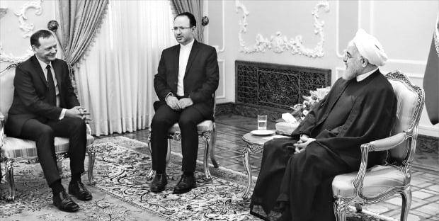 """< 이란 대통령 """"核문제 외교적 해결 문 열려있다"""" > 하산 로하니 이란 대통령(오른쪽)이 10일(현지시간) 테헤란의 집무실에서 에마뉘엘 본 프랑스 대통령 외교보좌관(왼쪽)을 접견하고 있다. 로하니 대통령은 본 보좌관에게 이란은 핵협정과 관련해 외교적 해결의 문을 열어놓고 있다고 말했다.  /AP연합뉴스"""