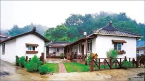 지은 지 오래돼 생활이 불편한 농가를 리모델링한 전원주택.