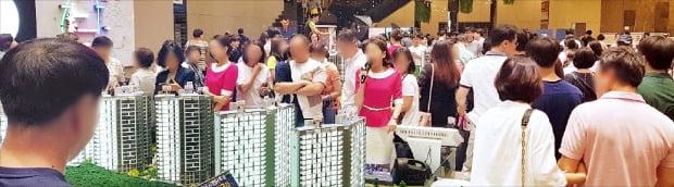 분양가상한제 시행과 아파트 청약시스템 '아파트 투유'의 한국감정원 이관 등으로 하반기 서울 아파트 분양 물량이 대폭 줄어들 것으로 보인다.  /한경DB