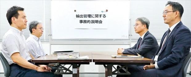 < 넥타이도 안맨 일본 대표…한국 의도적 홀대 > 한국 산업통상자원부와 일본 경제산업성이 12일 도쿄 경제산업성 청사에서 일본 정부의 대(對)한국 수출규제에 관한 첫 실무회의를 열었다. 정장 차림을 한 한국 측(오른쪽)과 달리 일본 측은 넥타이도 매지 않고 회의장에 나왔다.  /로이터연합뉴스