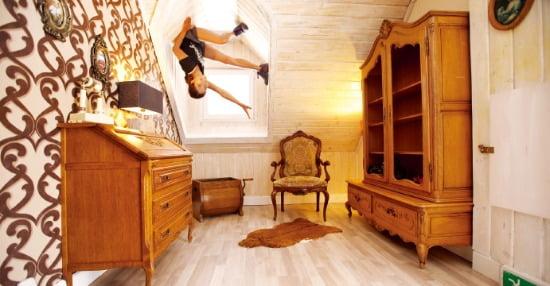 모든 것이 천장에 매달려 있는 거꾸로집에선 신기하고 재미있는 여행사진을 남길 수 있다.